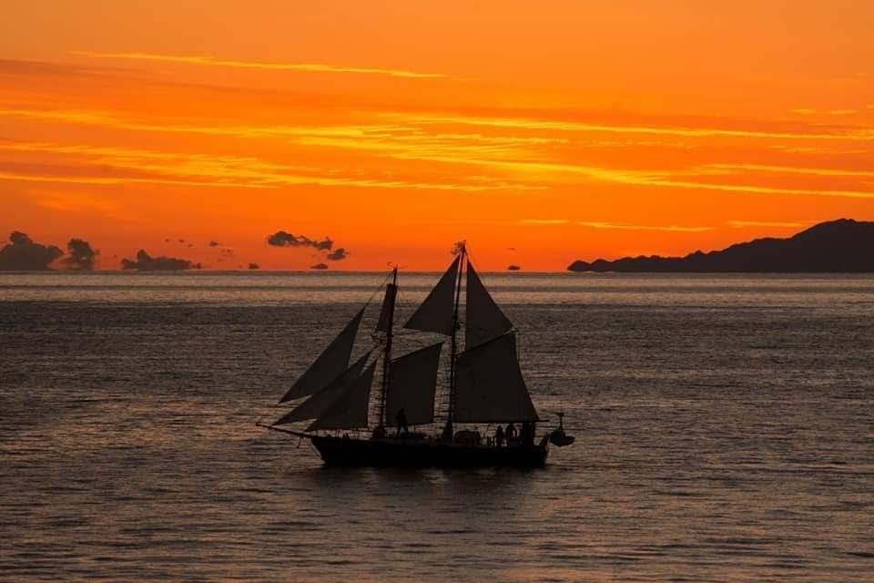 10月の夜間航海 サンセットと満月